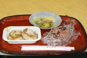 ゲストと関係のある軽食のおはぎとお赤飯です。